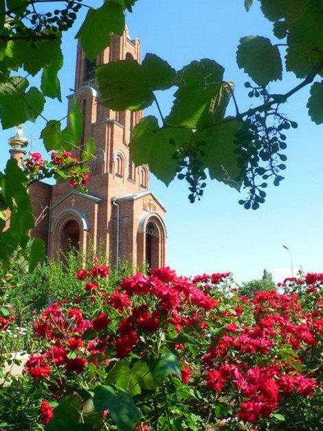 Храм утопает в зелени и цветах.