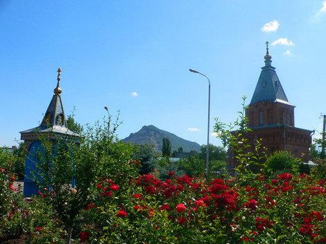 Пейзаж возле Покровского собора очень живописен.
