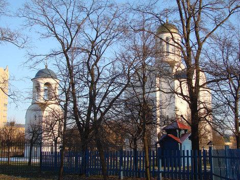 Общий вид Блокадного храма и колокольни.