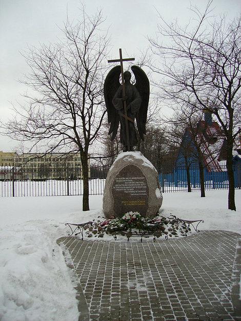 Тот же памятник зимой