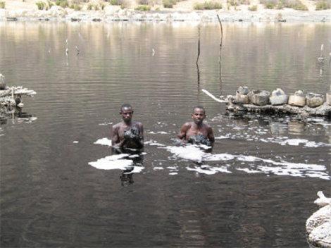 Черную соль добывают со дна озера