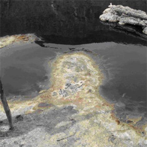 Вода в озере имеет черный цвет