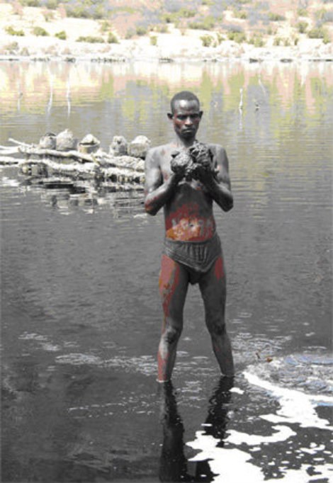 В озере добывают соль: белую, серую и самую ценную – черную