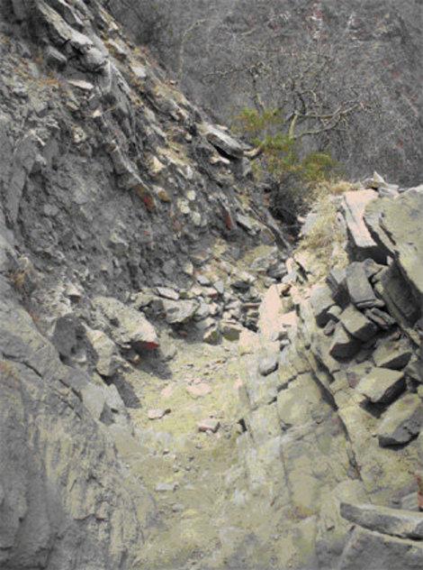 Тропа к озеру проложена по каменистому склону кратера