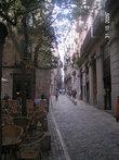Узкая улица, каких в Жироне немало