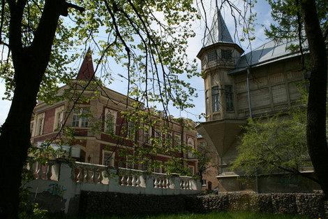 Вид на Еленинскую с лестницы. Напротив старого дома построен новый каменный особняк.
