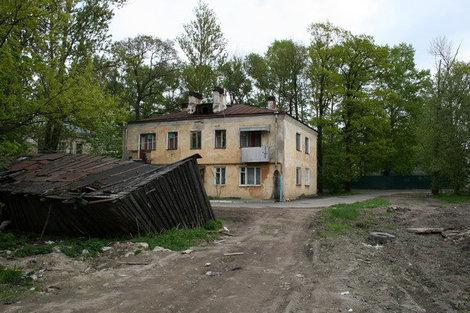 Двор дома на Михайловской улице с развалившимся сараем.