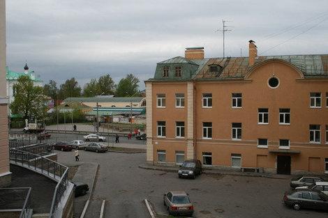 Вид на Дворцовый пр. со смотровой площадки нового жилого комплекса, возведенного на месте разрушенных деревянных особняков.