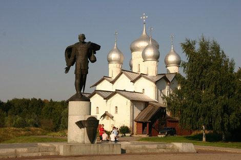 Памятник Александру Невскому у храма  святых Бориса и Глеба.