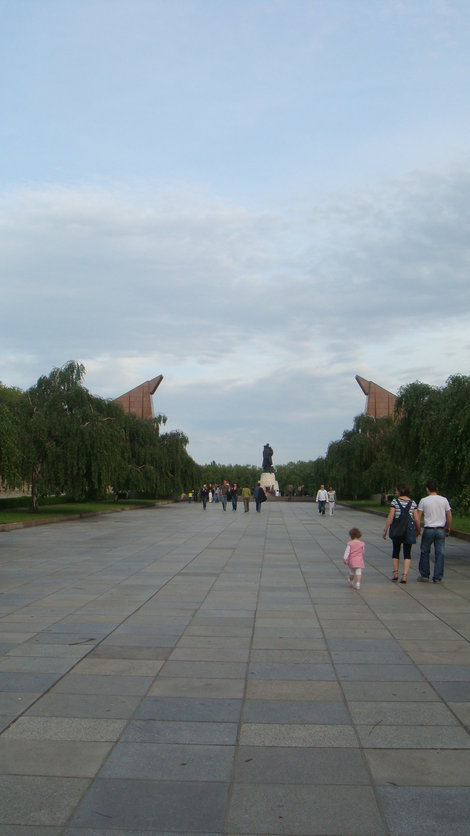 Трептовер парк. Плакучие ивы, склоненные знамена, памятник
