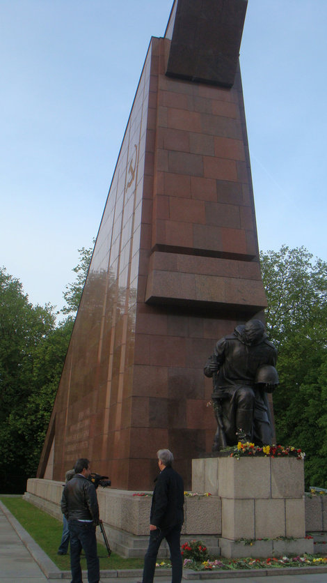 Знамя и преклоненный солдат