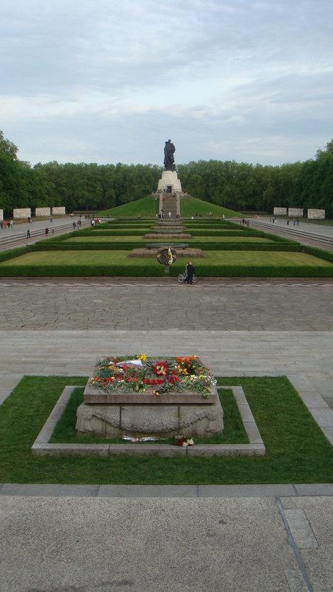 Памятник на холме и