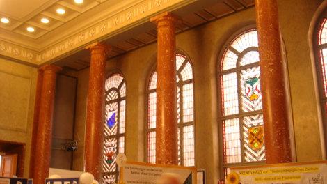 Гербовый зал. В витражах — гербы, колонны — из тюрингского мрамора