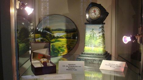 Подарки: часы от Путина и блюдо и часы от Лужкова