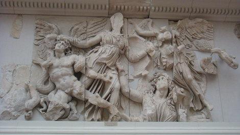 Фрагмент фриза алтаря. Гигант, Афина и Гея из земли