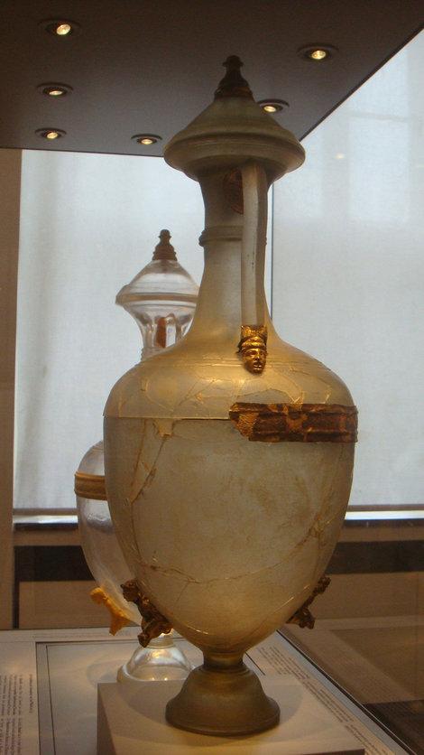 Самый древний сосуд из стекла. Позади — современная копия.