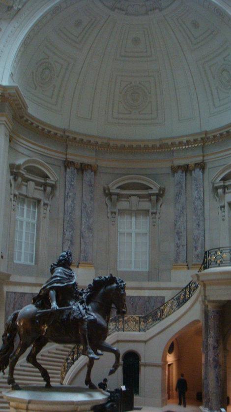 Большой зал с конной скульптурой