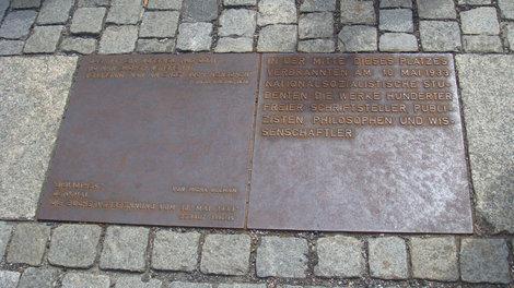 Памятная табличка на площади Бабеля