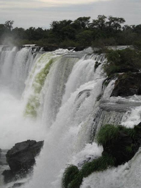 Река Игуасу многочисленными протоками срывается с 70 метрового обрыва