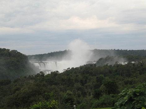 Над водопадом постоянно стоит столб брызг