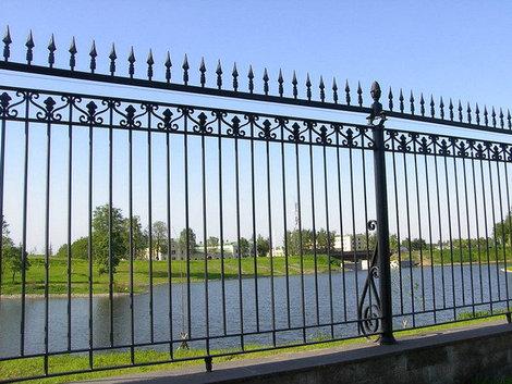 Современная ограда.