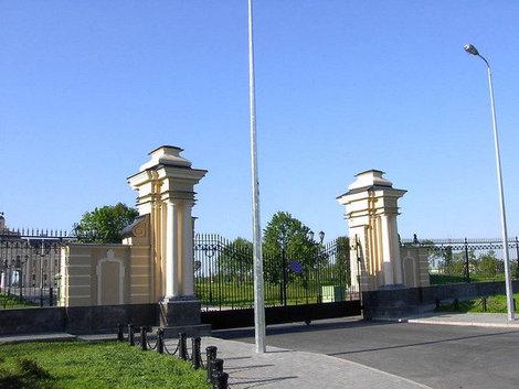 Ворота центрального входа.