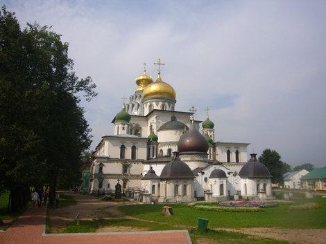 Центр монастыря -золотые купола храма Воскресения Господня.