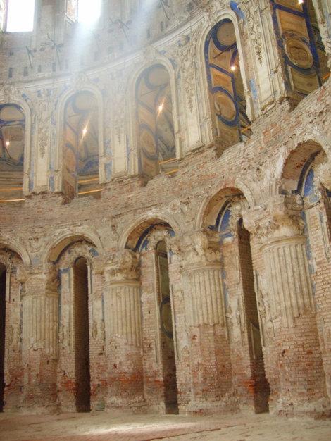 Внутри главного храма ещё много нужно реставрировать.