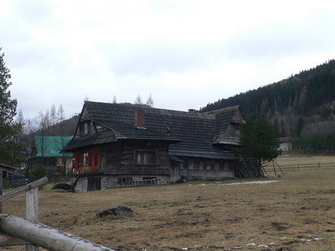 Домик рядом с горами.