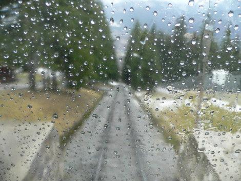 Дождливое окно вагончика фуникулера.