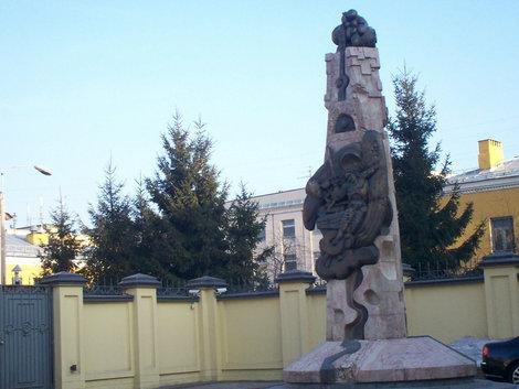 Двор дома 41, скульптура Э.Неизвестного