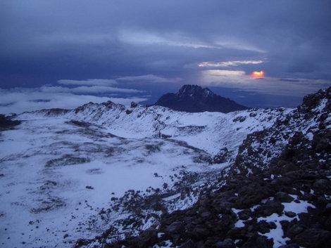 Кратер. На дальнем плане — пик Мавензи. Снежная седловина перед ним — место выхода с маршрута Мачаме на гребень кратера. Жандарм левее по гребню — Стелла пойнт, еще левее — Гиллман пойнт