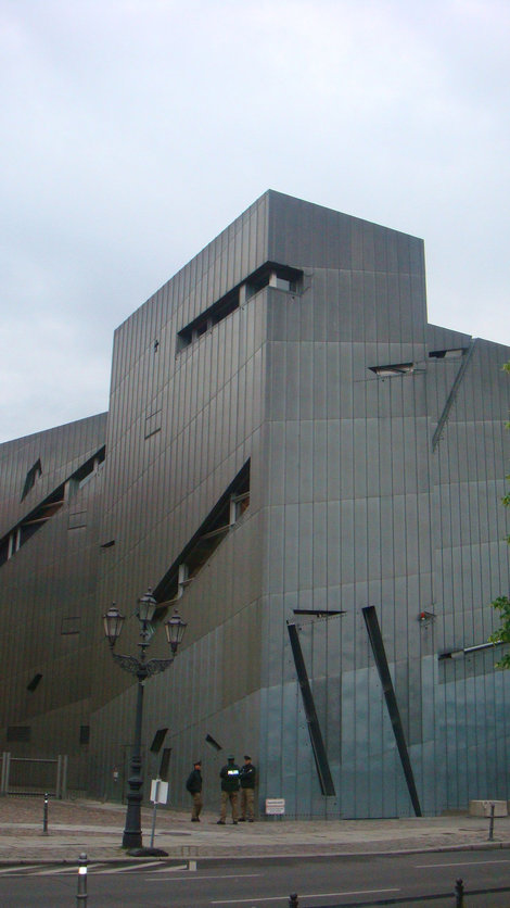 Новое здание Еврейского музея. Возле всех еврейских объектов обязательно стоит охрана.