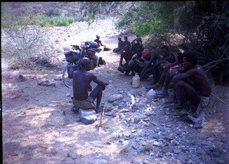 Абориген с пробитой головой и его соплеменники