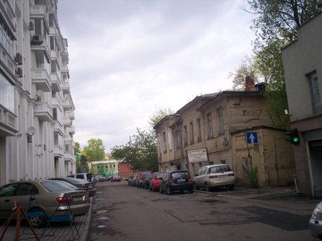 Третий Зачатьевский сегодня; справа тот же домик