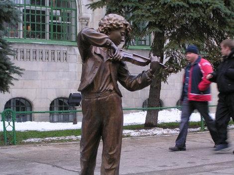 Скульптура на Большой Покровской.