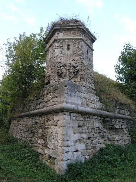 Угловая башня с гербом. Золочев