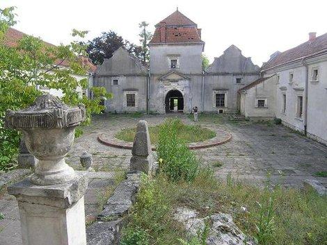 Внетренний двор замка в Свирже