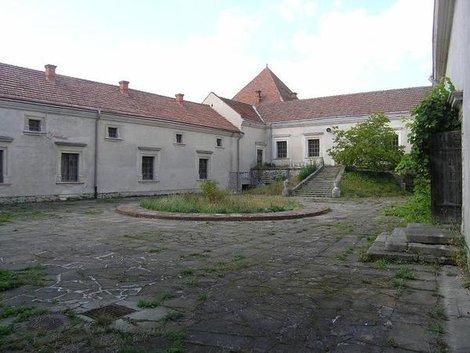 Внутренний двор замка в Свирже