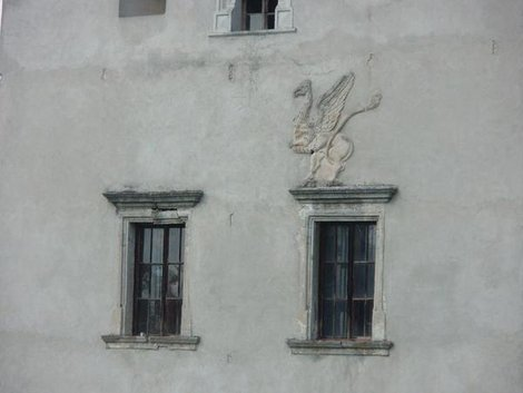 Грифон на стене Свиржского замка