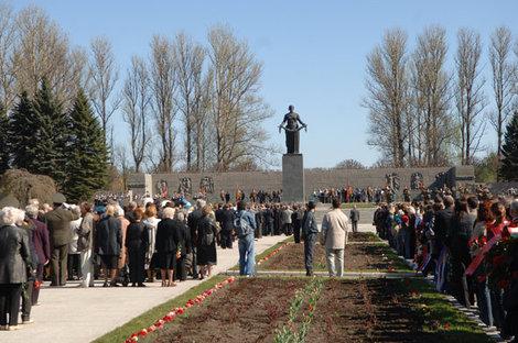 9 мая на Пискаревском всегда многолюдно.