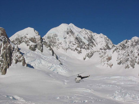 Гора Тасман (3497м). Улетает привезший нас вертолет