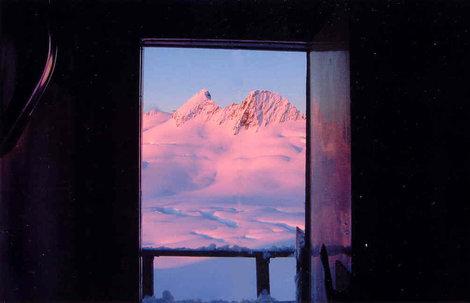 Вид из дверей хижины на Халком – Кристи. Автор снимка Whitney Thurlow