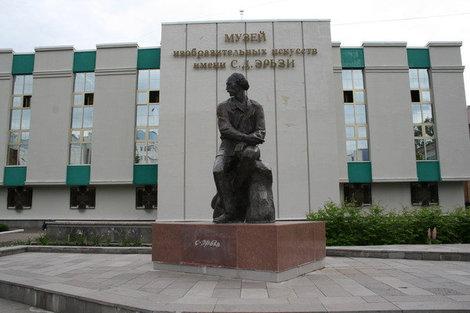 Памятник С.Д.Эрьзе возле музея.