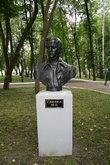 Памятник М.И.Глинке на аллее парка.