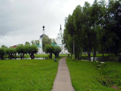 Дорожка к Успенской церкви.