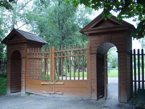 Входные ворота в усадьбу.