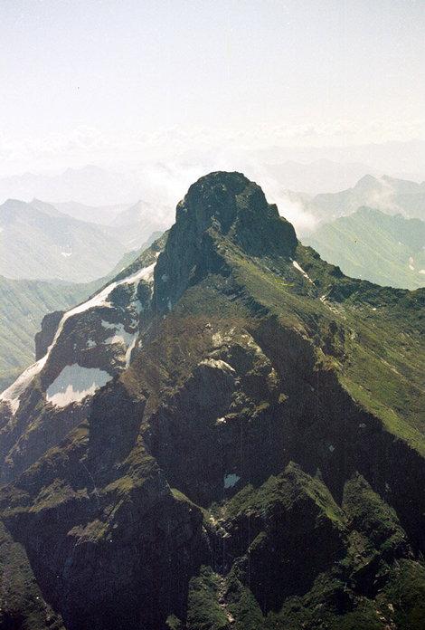 Фото 10. Северный отрог до вершины, с вертолета.