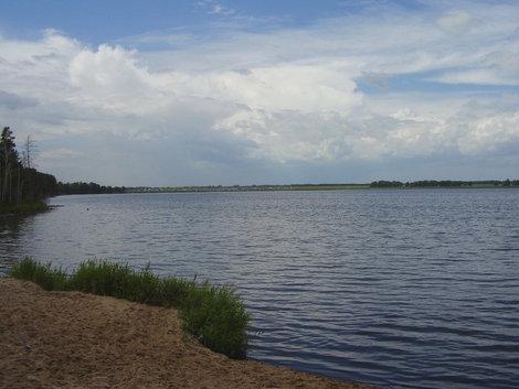 Солёное озеро, на противоположном берегу — кемпинг