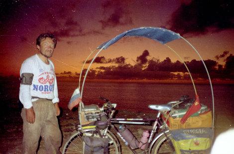 Я и мой велосипед. Эта конструкция из дуг и тента очень хорошо защищает от солнца